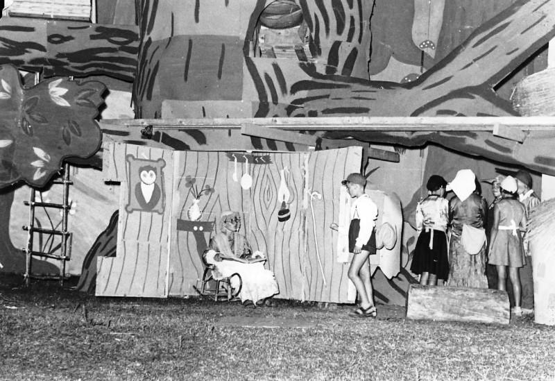 תמונה 2- 67 - הצגת אלומה לסיום שנת הלימודים שוכני האלון כולם שנות ה-50