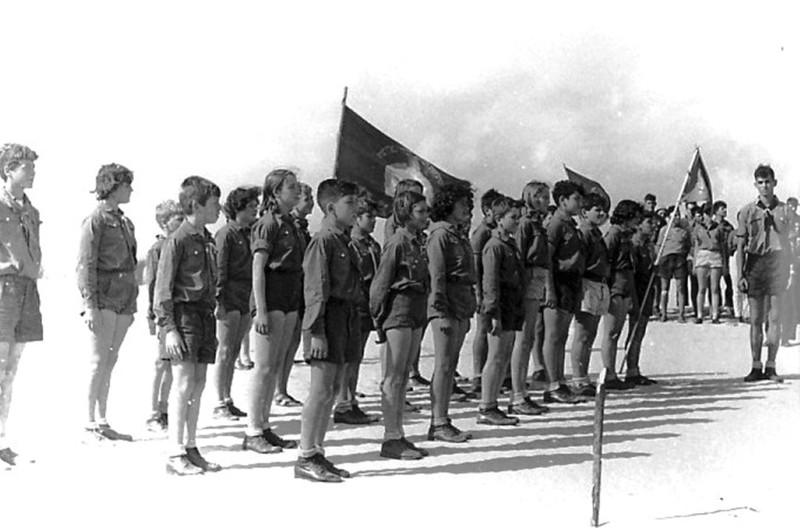 תמונה 5- 5 - קבוצת אלומה עם המדריך רן כהן שנות ה-50 - שמות בגב התמונה ובסיכום