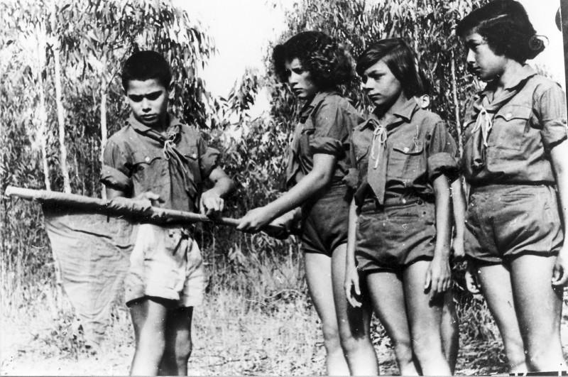 תמונה 5- 40 -גש 1955-קבוצת אלומה (כיתה ו) במחנה רעים-שמות בסכום