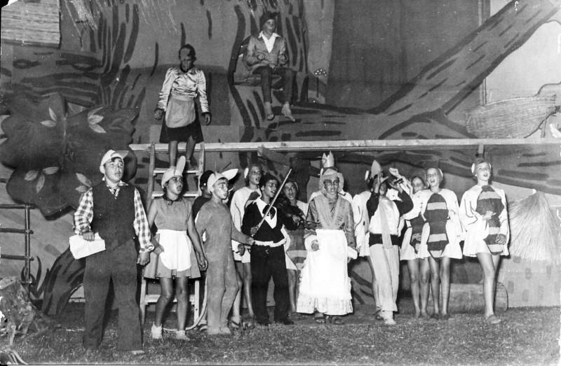 תמונה 5- 67 - הצגת אלומה לסיום שנת הלימודים שוכני האלון כולם שנות ה-50