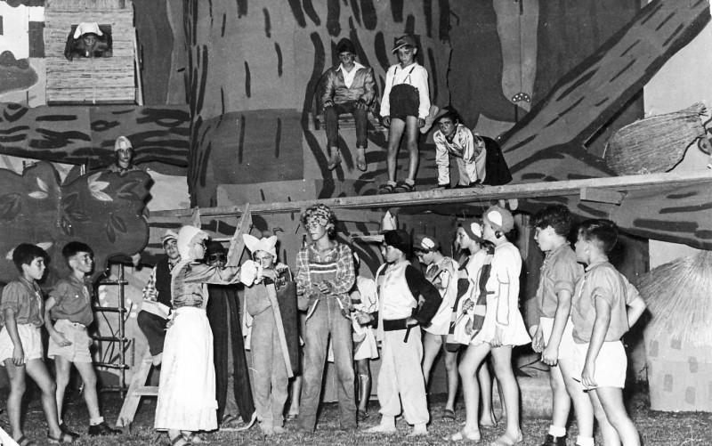 תמונה 6- 67 - הצגת אלומה לסיום שנת הלימודים שוכני האלון כולם שנות ה-50