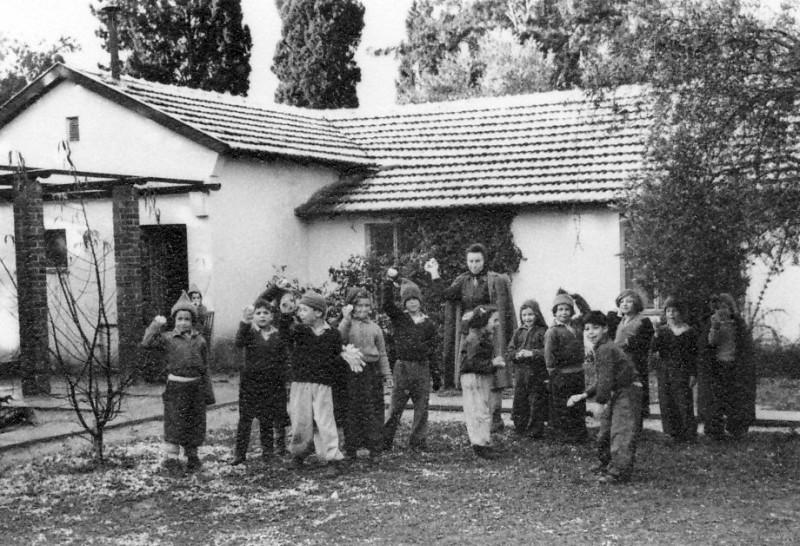 תמונה 6- 221 - קבוצת אלומה עם הגננת פנינה ברונשטיין בשלג שנת 1950 - בית ה-ח