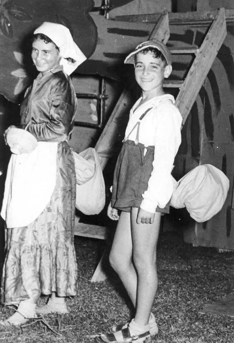 תמונה 6- 222 - הצגת קבוצת אלומה - שוכני האלון כולם-שנות ה-50 - איה סימון מוטי ארזי