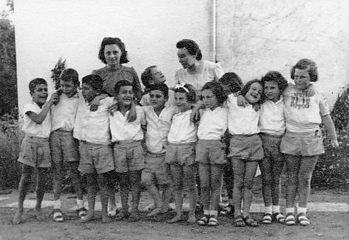 תמונה 6- 226 - רות גלילי ופנינה ברונשטיין עם ילדי קבוצת אלומה  שנות ה-50 -שמות בסיכום