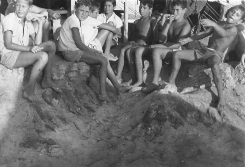 תמונה 7- 247 - קבוצת אלומה בקייטנה שנות ה-50 - יוסי גילאי עזרא מרמלשטיין  נאוה ליפשיץ אריאל זילבר