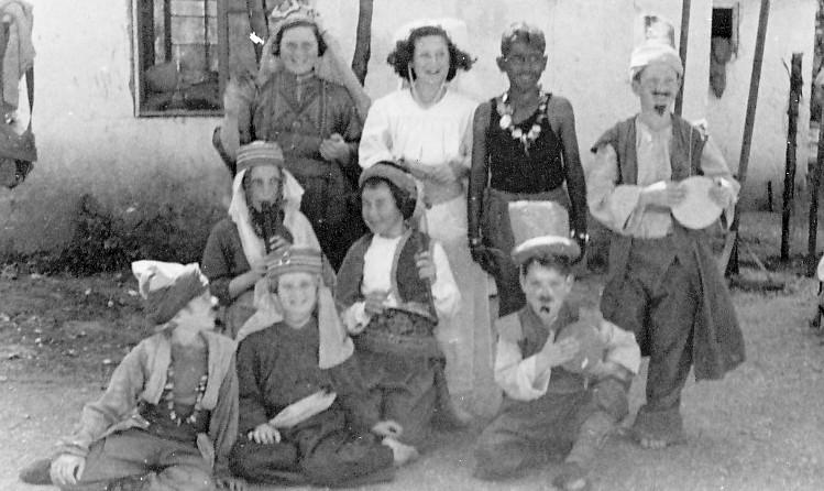 תמונה 9- 262 - ילדי קבוצת אלומה ואלון בפורים שנות ה-40-50 - נעמי הניג יואב גלעד רני שיפר איה סימו
