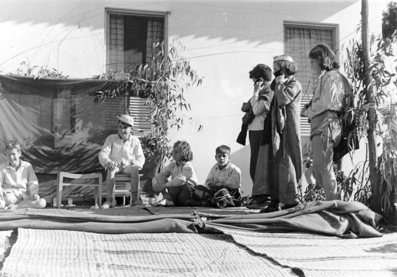 תמונה 10- 219 - ילדי קבוצת אלומה בהופעה - יוסי גילאי שמעון אילן ונוספים - שנות ה-50