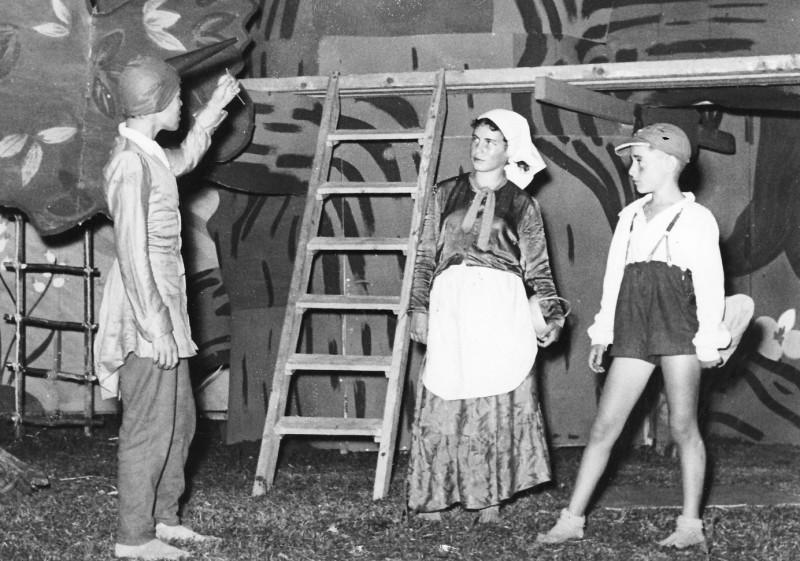 תמונה 11- 222 - הצגת קבוצת אלומה - שוכני האלון כולם-שנות ה-50 - מוטי ארזי איה סימון עזרא מרמלשטיי