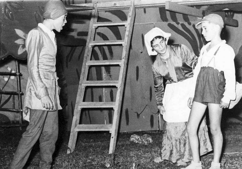 תמונה 12- 222 - הצגת קבוצת אלומה - שוכני האלון כולם-שנות ה-50 - איה סימון מוטי ארזי ועזרא מרמלשטי