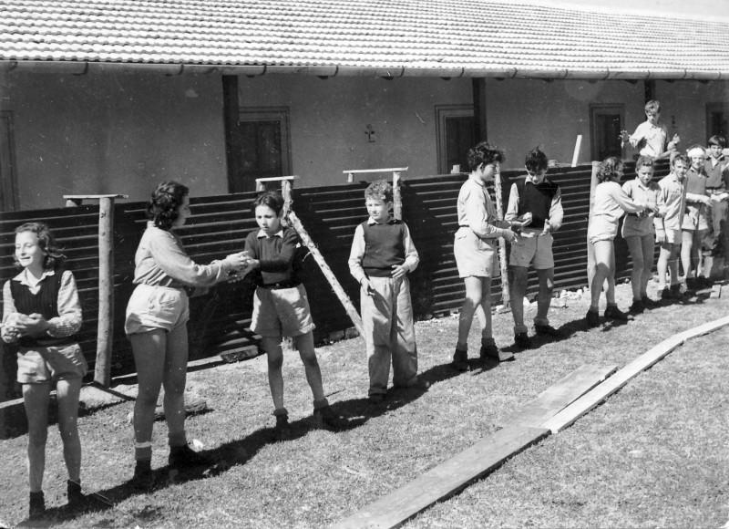 תמונה 19- 235 - קבוצת שבולים בונים ביצורים בביתם במוסד החינוכי - 1948