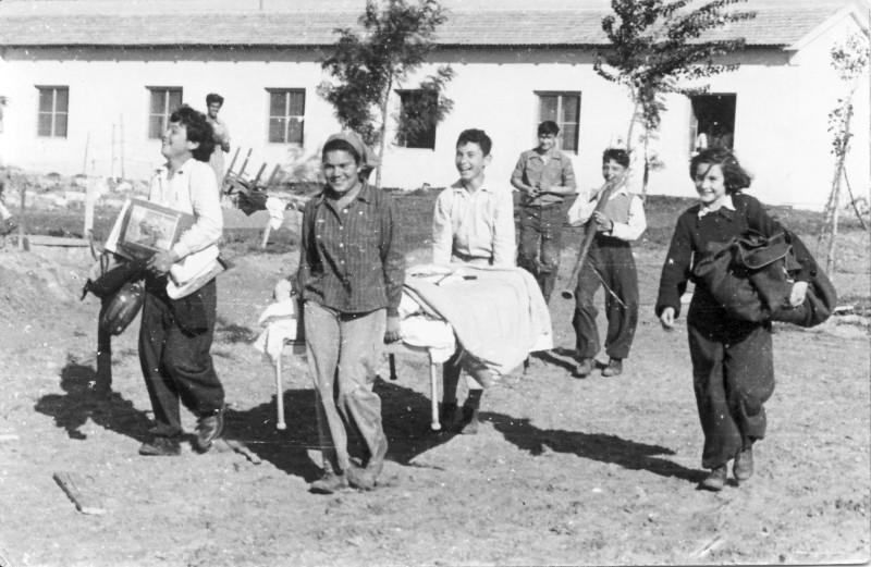 תמונה 3- 235 - עוברים למוסד - שנות ה-50 - מיכל זיידנברג ודוד גרף-שבלים אברהם בנדק רינה פרנק שמואל