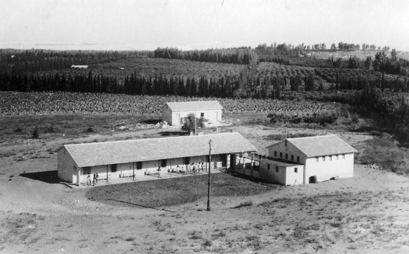 תמונה 7- 235 - הבית הראשון במוסד ובית המגורים לחברים - 1948 - ברקע מטע הבננות