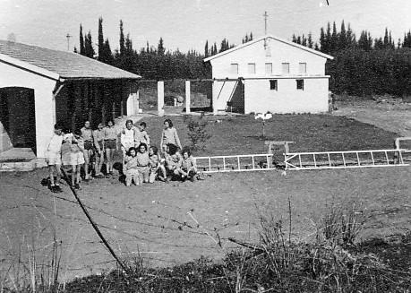 תמונה 12- 235 - קבוצת שבלים ליד ביתם במוסד החינוכי - 1948