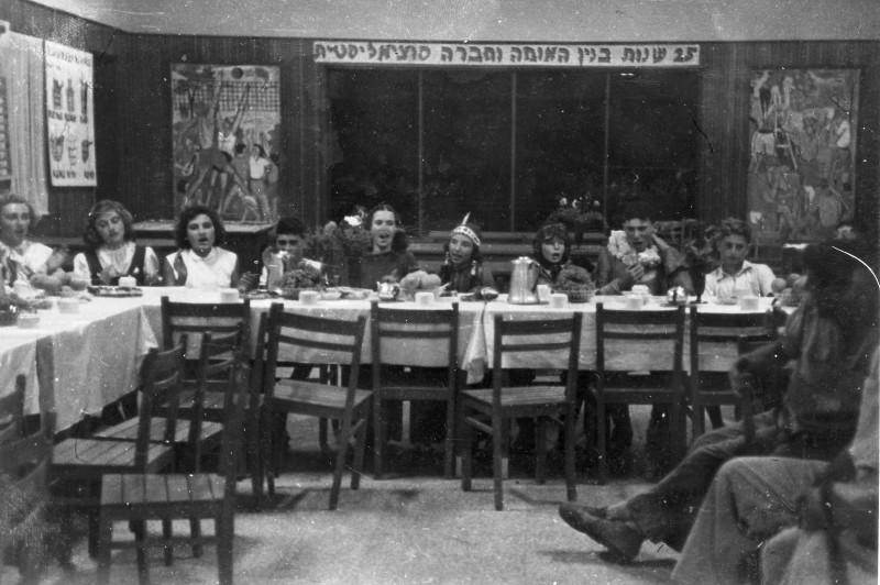 תמונה 15- 235 - מסיבה בחדר אכל מוסד שנות ה-50 - ברקע תמונות הקיר של יוחנן סימון