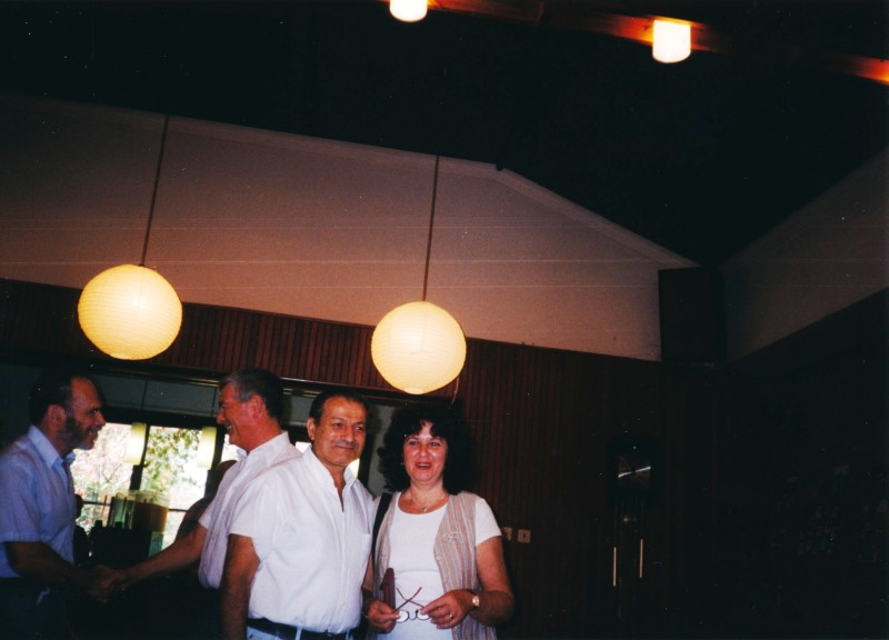 תמונה 5- 13 -ג'ש -1998-כנס קב' עופר-מנחם אגוזי ורעיתו חיים שרון ולזיהוי