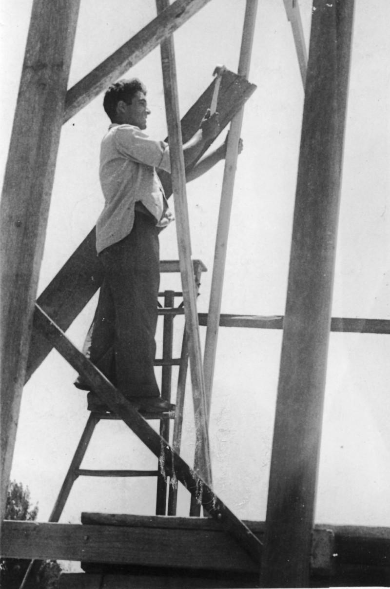 תמונה 5- 128 - בניית דקורציה להצגת סיום מוסד - יגאל טוויל-עופר 1955