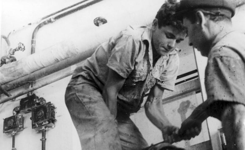 תמונה 4- 128 - חזקי רימון-עופר בעבודה במפעל 1955