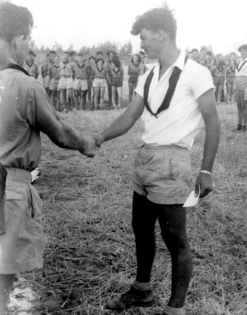 תמונה 20- 126 - קבלת עניבות שחורות במפקד לג בעומר 1954 - דולי אלוני-עופר ודב לוי-ראש הקן