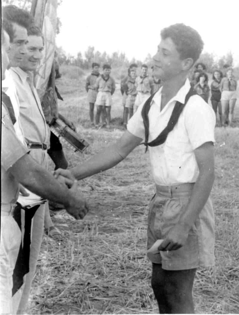 תמונה 17- 126 - אביגדור ברנוביץ-קובי-עופר מקבל עניבה מדב לוי שמחה פלפן ובניו גרינבוים במפקד לג בע