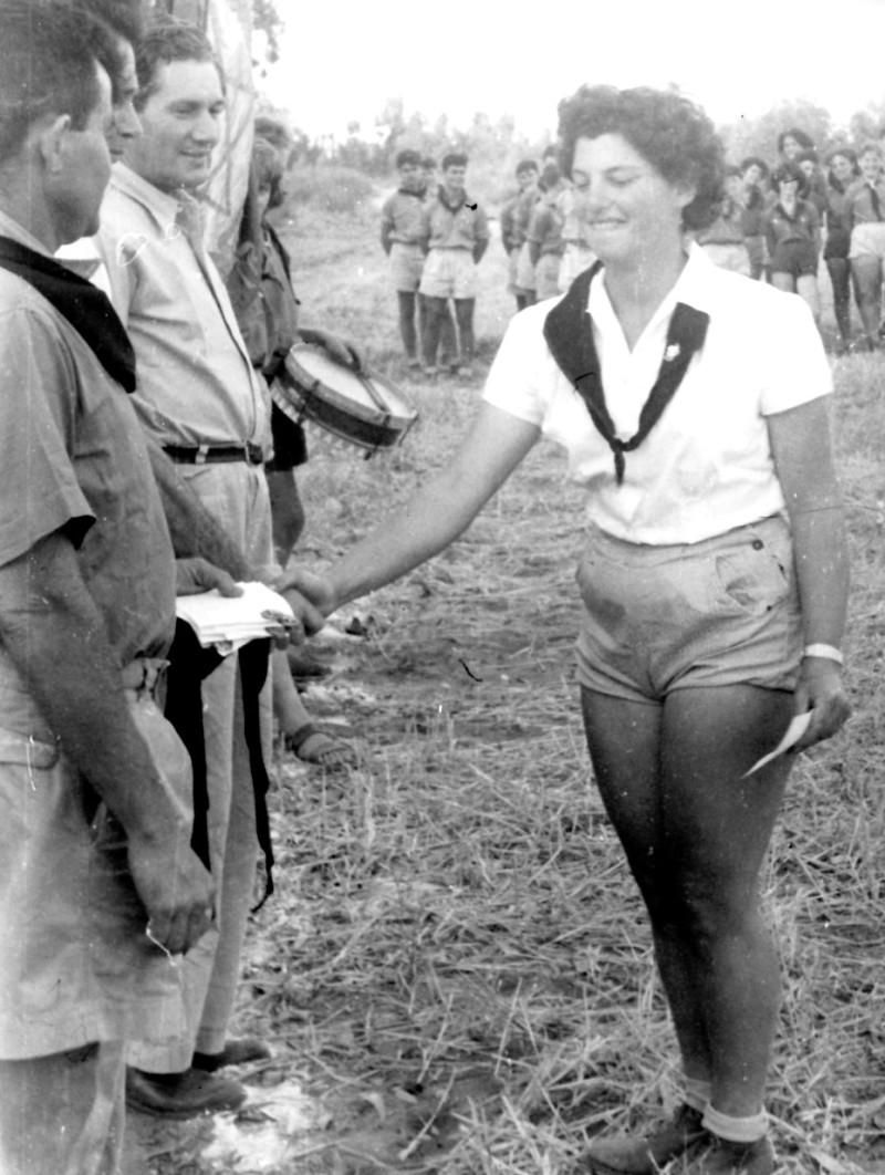 תמונה 16- 126 - מפקד קבלת עניבות שחורות - שלומית שקדי-אדוט-עופר מקבלת עניבה מדב לוי ושמחה פלפן