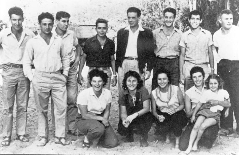 תמונה 3- 122 - קבוצת עופר לאחר הצבא עם בניו 1960 - פרטים בתמונה