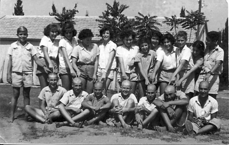 תמונה 9- 302 - קבוצת עופר והקרחות - 1954 - שמות - בגב התמונה