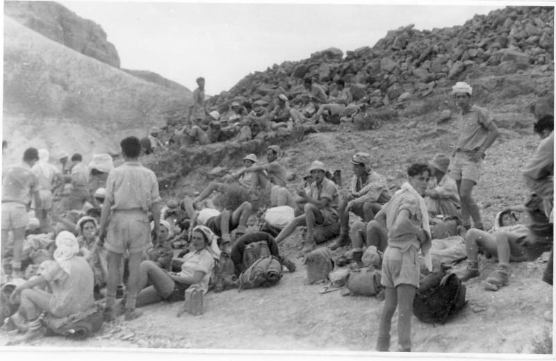 תמונה 6- 408 - קבוצת עופר - טיול למצדה 1954 - חזקי רמון נדב מרמלשטיין-מרון לאה שטרנברג