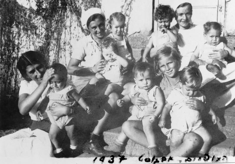 תמונה 18- 225 - העופרים 1937-ריקל לב עם יגאל שרה שפירא עם חגי ונמרוד קלרה עם אמנון ותלמה דינה ה
