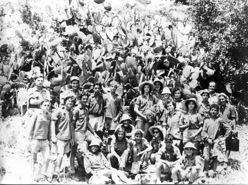 תמונה 17- 39 -גש 1953-קבוצת עופר בטיול לכרמל-שמות בסכום