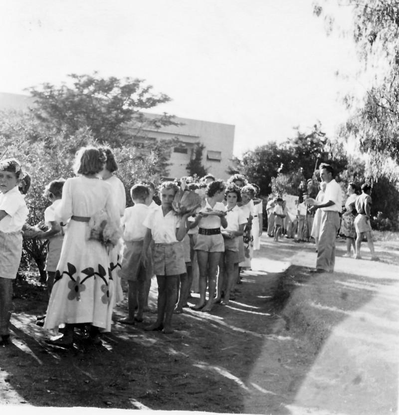 תמונה 5- 961 -גש 1944-5-חג ביכורים-ילדי קבוצת עופר-שמות בסכום