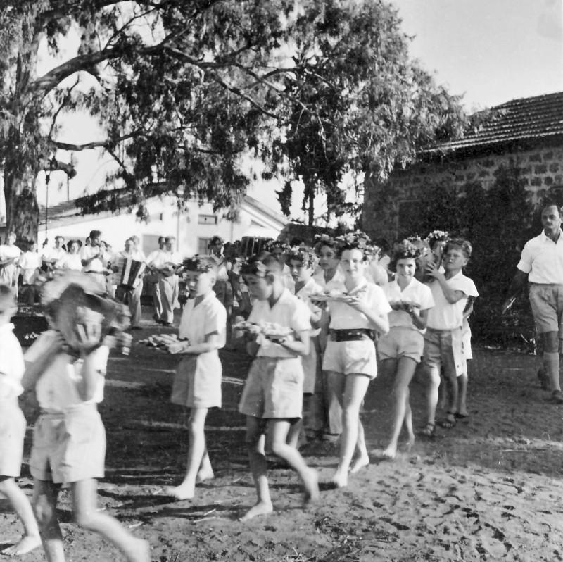 תמונה 2- 961 -גש 1944-5-חג ביכורים-ילדי קבוצת עופר-שמות בסכום