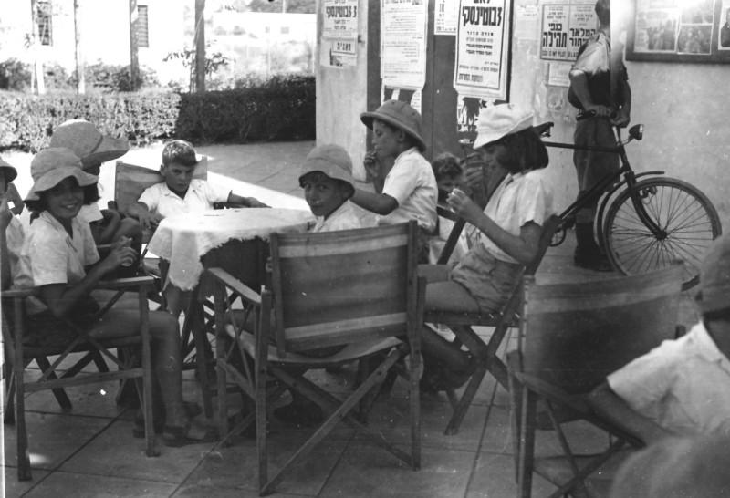 תמונה 28- 412 - קבוצת עופר אוכלים גלידה בטיול 1948-9 - שמות בסכום