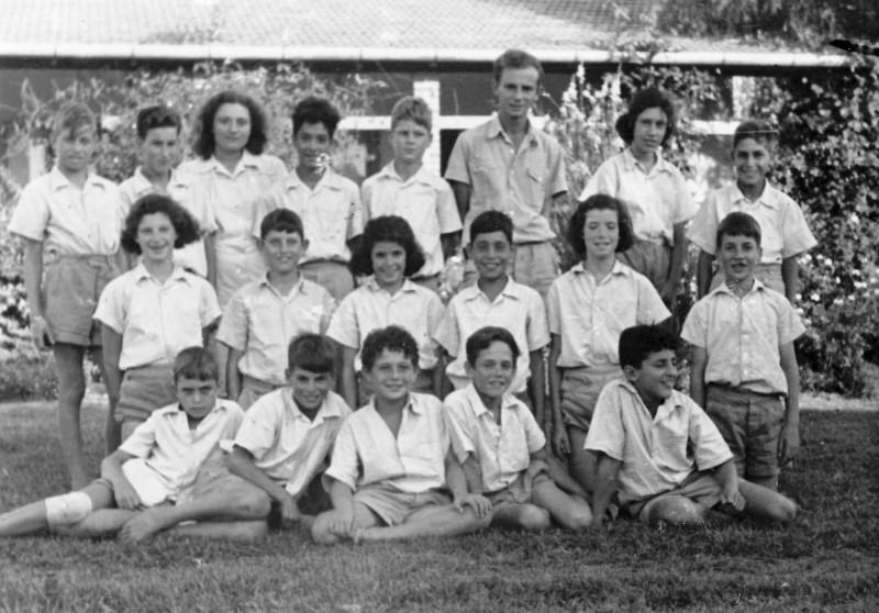 תמונה 9- 121 - קבוצת עופר עם בצלאל לב והמטפלת זיוה שטנגר - 1949