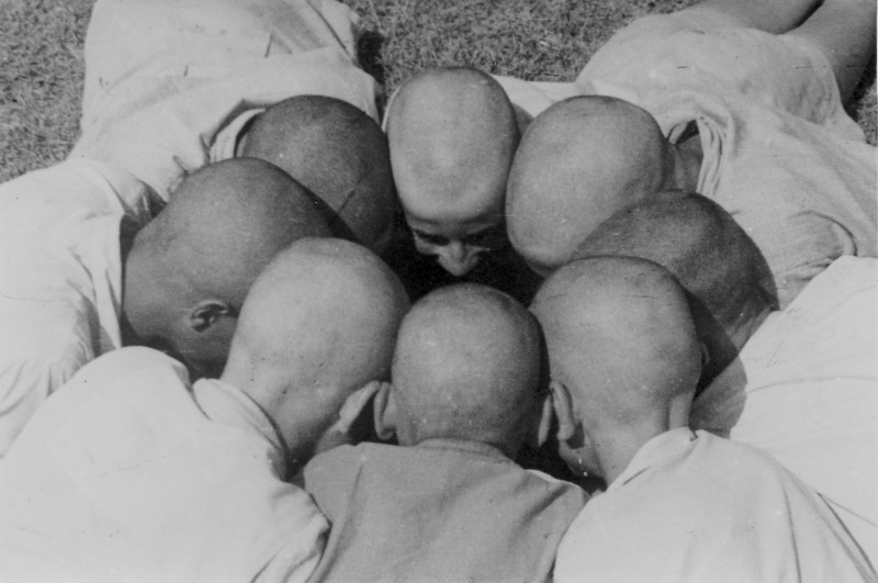 תמונה 21- 121 - בני עופר בקרחות-באמצע עם האף-גיורא אילני - 1949
