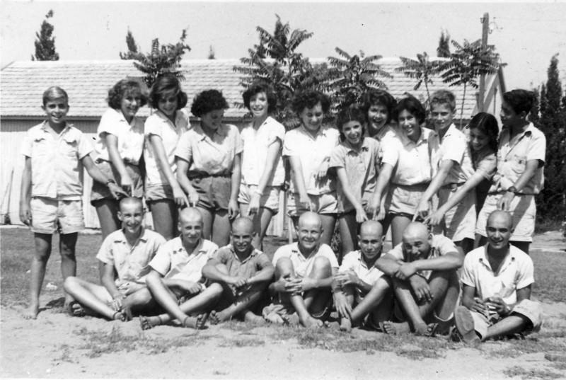 תמונה 10- 121 - קבוצת עופר עם הקרחים - במוסד 1949