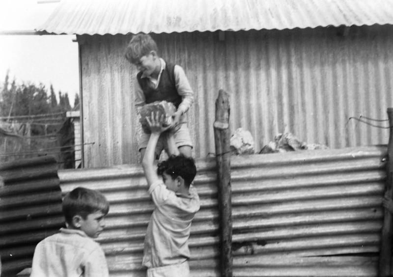 תמונה 9- 412 - ילדי קבוצת עופר מבצרים את מבנה הבאר ליד הגדר 1948-שמות בסכום