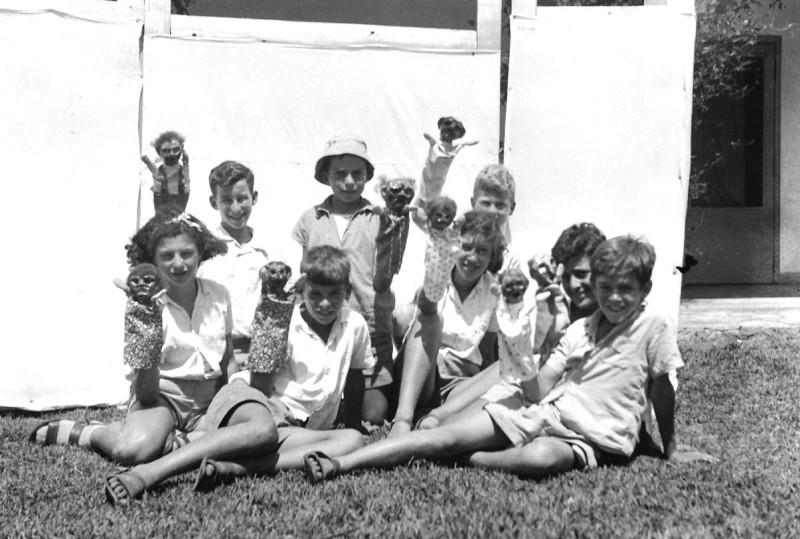 תמונה 41- 412 - קבוצת עופר מכינים תאטרון בובות 1947-9 - שמות בסכום