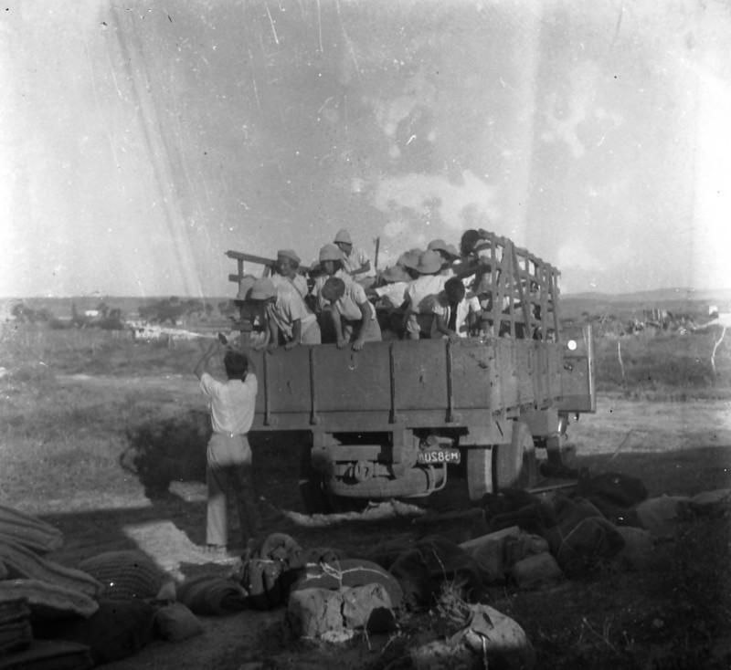 תמונה 37- 412 - קבוצת עופר חוזרים הביתה במשאית מהקייטנה 1948-9