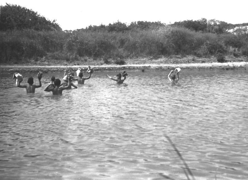 תמונה 19- 412 - ילדי קבוצת עופר בנחל חדרה קרוב לים 1948-9