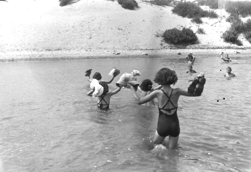 תמונה 18- 412 - ילדי קבוצת עופר בנחל חדרה קרוב לים 1948-9