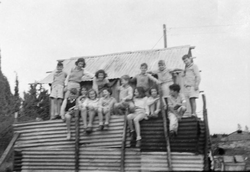 תמונה 12- 412 - ילדי קבוצת עופר מבצרים את מבנה הבאר ליד הגדר 1948-שמות בסכום
