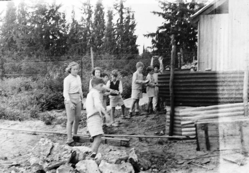 תמונה 11- 412 - ילדי קבוצת עופר מבצרים את מבנה הבאר ליד הגדר 1948-שמות בסכום