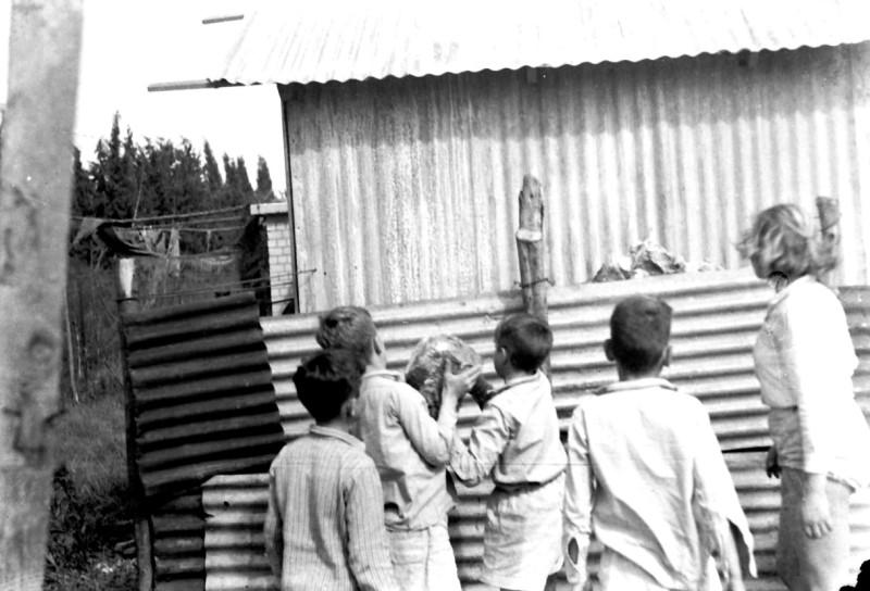 תמונה 26- 412 - ילדי קבוצת עופר מבצרים את מבנה הבאר ליד הגדר 1948-שמות בסכום