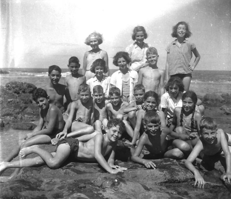 תמונה 71- 411 - קבוצת עופר עם בצלאל לב בקייטנה בחוף הים בטנטורה - 1947-9 - שמות בסכום