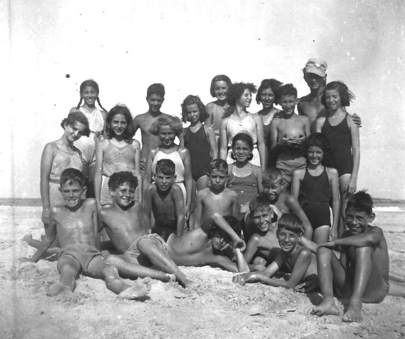 תמונה 70- 411 - קבוצת עופר עם בצלאל לב בקייטנה בחוף הים בטנטורה - 1947-9 - שמות בסכום