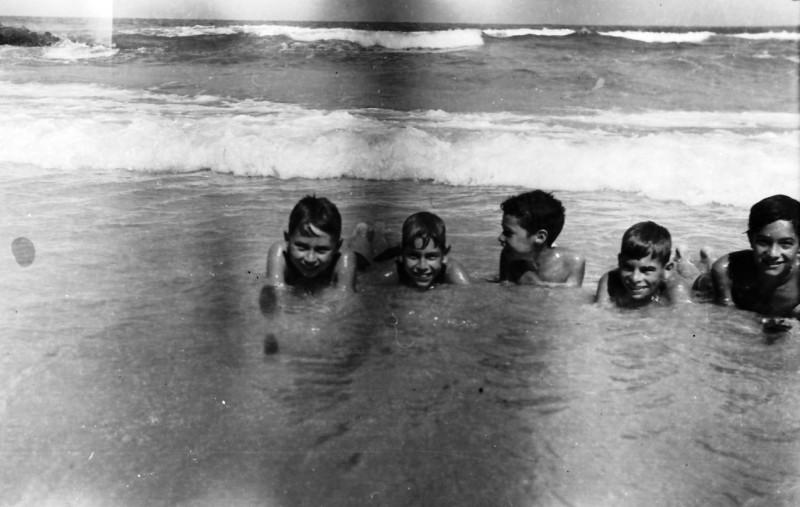 תמונה 44- 411 - ילדי קבוצת עופר בים - 1948-9 - שמות בסכום