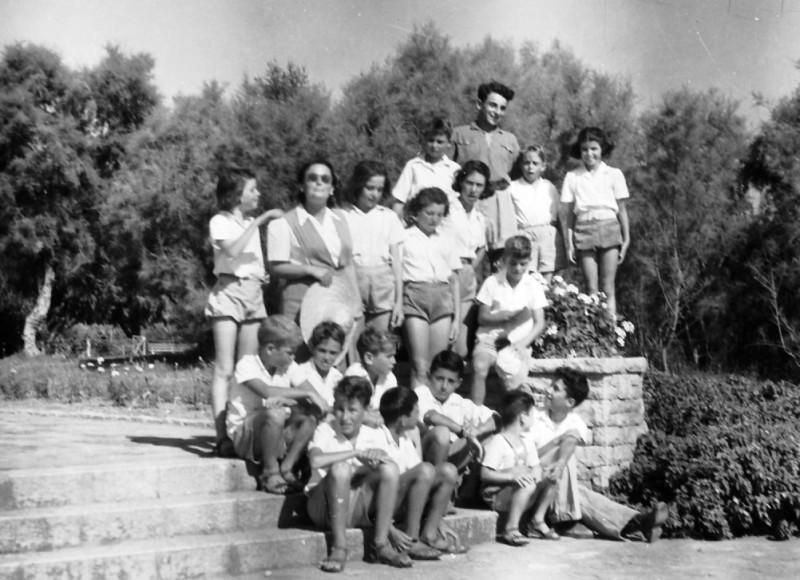 תמונה 37- 411 - קבוצת עופר עם בטיול - 1945-8 - שמות בסכום