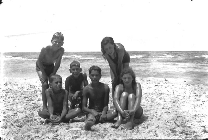תמונה 25- 411 - ילדי קבוצת עופר בקייטנה - 1947-8 - שמות בסכום