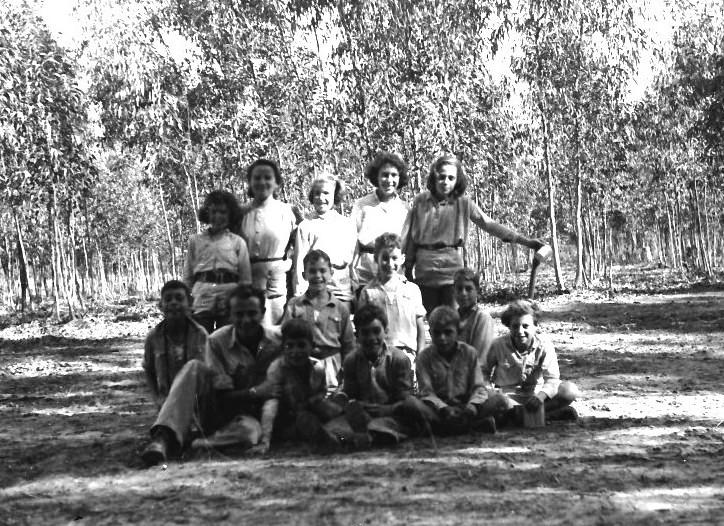 תמונה 14- 411 - קבוצת עופר בחורשת בירכת בטיח - 1940-50 - שמות בסכום