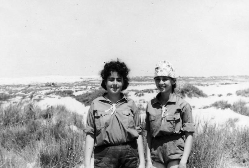 תמונה 19- 309 - מחנה לג בעומר בחולות דמיירה 1964 - אורנה גלילי ולזיהוי